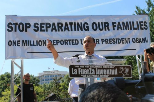 luis gutierrez demonstrating